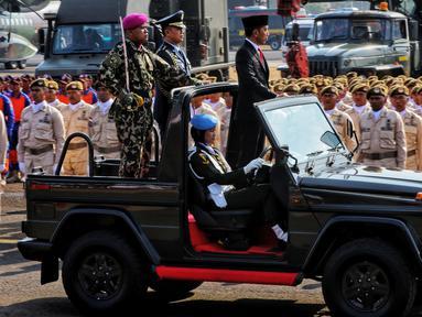 Presiden Joko Widodo atau Jokowi menginspeksi pasukan pada perayaan HUT ke-74 TNI di Taxi Way Echo, Lanud Halim Perdanakusuma, Jakarta Timur, Sabtu (5/10/2019). Jokowi bertindak selaku inspektur upacara. (Liputan6.com/JohanTallo)
