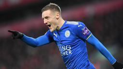 1. Jamie Vardy (Leicester City) - Striker andalan The Foxes ini sukses mencatatkan namanya sebagai top skor Liga Inggris pada musim 2019/2020. Pemain berusia 33 tahun itu berhasil mengemas 23 gol dari 35 laga. (AFP/Paul Ellis)