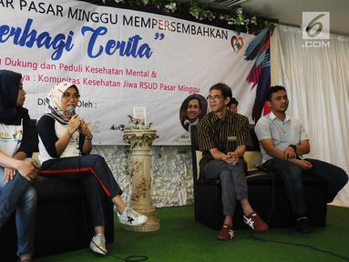 Dokter Yaniar Mulyantini (kedua kiri) menjadi pembicara dalam diskusi 'Berbagi Cerita: Saling Dukung dan Peduli Kesehatan Jiwa' di Jakarta, Sabtu (27/4). Kegiatan itu mengajak seluruh masyarakat untuk stop stigma buruk terhadap orang dengan gangguan jiwa. (Liputan6.com/Herman Zakharia)