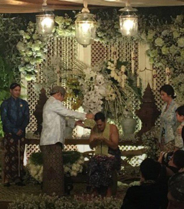 Sebagai ayah, Bambang menyiramkan air bunga kepada Panji. Setelah itu dilanjutkan oleh Halimah dan seluruh tetua di dalam keluarga./instagram/didit.hediprasetyo