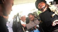 Terpidana kasus terorisme, Abu Bakar Baasyir (kiri) dengan pengawalan aparat kepolisian saat tiba untuk menjalani pemeriksaan kesehatan di RSCM, Jakarta, Kamis (1/3). (Merdeka.com/Imam Buhori)