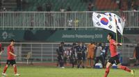 Pemain Timnas Korea Selatan U-23, Son Heung-min, setelah menyabet medali emas sepak bola putra Asian Games 2018 di Stadion Pakansari, Cibinong, Sabtu (1/9/2018). (Bola.com/Dok. INASGOC)