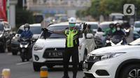 Petugas keamanan mengenakan masker mengatur arus lalu lintas di Jalan Jenderal Sudirman, Jakarta, Jumat (25/6/2021). Hingga Jumat (25/6), Secara akumulatif Satgas Penanganan Covid-19 mencatat kasus positif Covid-19 di DKI Jakarta menyentuh angka 501.396 orang. (Liputan6.com/Helmi Fithriansyah)