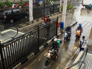 Pengendara sepeda motor menerobos masuk ke jalur bus di Terminal Manggarai, Jakarta, Senin (15/1). Untuk menghindari macet, para pemotor tersebut nekat menerobos ke jalur bus Terminal Manggarai. (Liputan6.com/Immanue Antonius)