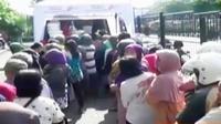 Operasi pasar murah digelar di depan Pasar Wonokromo Surabaya. Sementara itu, pedagan pesimis harga daging sapi akan turun jelang puasa.