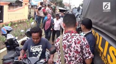 Suasana panik melanda warga Pandeglang saat berhebus kabar tsunami kembali menerjang wilayahnya.