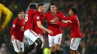 Para pemain Manchester United merayakan gol Scott McTominay (tengah) ke gawang Arsenal dalam lanjutan Liga Inggris di Old Trafford, Manchester, Inggris, Senin (30/9/2019). Pertandingan berakhir 1-1. (AP Photo/Dave Thompson)