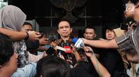 Mantan ketua DPR Marzuki Alie menjawab pertanyaan wartawan usai menjalani pemeriksaan terkait kasus korupsi E-KTP di Gedung KPK, Jakarta, Selasa (26/6). (Merdeka.com/Dwi Narwoko)
