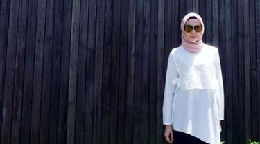 Istri Arie Untung, Fenita Arie berpose dengan mengenakan hijab dengan dengan baju putih dan aksesori kacamata. Fenita memutuskan berhijab sejak awal tahun 2018. (Instagram/fenitarie)