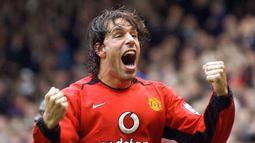 1. Ruud van Nistelrooy - Nistelrooy merupakan salah satu penyerang paling mematikan pada eranya. Manchester United merekrut sang pemain dari PSV Eindhoven dengan merogoh kocek sebesar 25,65 juta pounds atau sekitar Rp486 miliar. (AFP/Paul Barker)