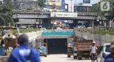 Suasana pembangunan Underpass Senen Extension di kawasan Senen, Jakarta, Jumat (16/10/2020). Progres Pembangunan Underpass Senen Extension kini sudah mencapai 87 persen dengan fokus pengerjaan meliputi pemasangan dinding ACP sebagai facing wall pada terowongan. (Liputan6.com/Faizal Fanani)