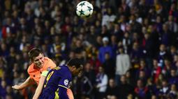Gelandang Liverpool, James Milner, duel udara dengan striker Maribor, Marcos Tavares, pada laga Liga Champions di Stadion Ljudski Vrt, Maribor, Selasa (17/10/2017). Maribor kalah 0-7 dari Liverpool. (AFP/Jure Makovec)