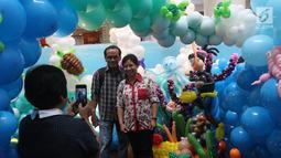 Pengunjung berswafoto saat mengunjungi  Indonesia Balloon Art Festival (IBAF) 2018 di Mal Ciputra Jakarta, Jumat (29/6). Bertema 'Wonderful Indonesia', festival ini menghadirkan dekorasi balon dari empat daerah di Indonesia. (Liputan6.com/Arya Manggala)