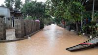 Area permukiman terendam banjir setelah hujan deras mengguyur Provinsi Quang Tri, Vietnam, 20 Oktober 2020. Bencana alam menyebabkan 105 orang tewas dan 27 lainnya hilang di sejumlah wilayah tengah dan dataran tinggi tengah Vietnam sejak awal Oktober. (Xinhua/VNA)