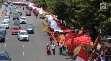 Sejumlah umat Kristiani melakukan kirab perayaan Paskah di Jalan MH Thamrin, Jakarta, Minggu (4/1). Kirab ini dimulai dari Bundaran Hotel Indonesia dan berakhir di gereja Immanuel Jakarta. (Liputan6.com/Helmi Fithriansyah)
