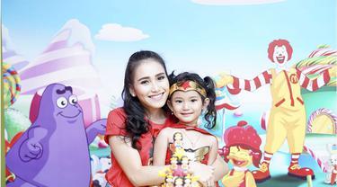 Keceriaan Ayu Ting Ting bersama anaknya ketika merayakan ulang tahun Bilqis dengan tema superhero (Liputan6/IG/ayutingting92)