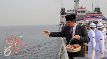 Menteri PANRB, Yuddy Chrisnandi melakukan tabur bunga saat upacara peringati Hari Pahlawan di KRI Banda Aceh, Teluk Jakarta, Selasa (10/11). Upacara peringatan Hari Pahlawan tersebut rutin dilakukan setiap 10 November. (Liputan6.com/Faizal Fanani)