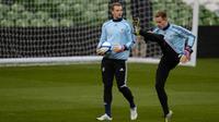 Dua penjaga gawang tim nasional Jerman, Manuel Neuer dan Marc-Andre ter Stegen. (AFP/Patrik Stollarz)