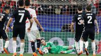 Kiper Manchester United, David de Gea berusaha menangkap bola saat bertanding melawan Sevilla di leg pertama babak 16 besar Liga Champions di stadion Ramon Sanchez Pizjuan, Spanyol (21/2). MU bermain imbang 0-0 atas Sevilla. (AP Photo/Miguel Morenatti)