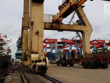 Suasana aktivitas di Terminal Pelabuhan Pontianak, Kalimantan Barat, Rabu (11/4). PT Pelindo II (Persero) hari ini mencanangkan pembangunan Pelabuhan Terminal Tanjung Pura (Terminal Kijing). (Liputan6.com/Johan Tallo)