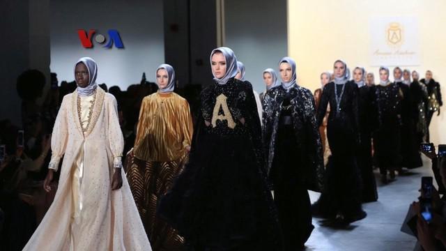 Desainer muslim asal Indonesia, Anniesa Hasibuan kembali menunjukkan koleksi hijab hasil rancangannya di New York Fashion Week 2017. Pada perhelatan yang digelar akhir Februari 2017, Anniesa mengeluarkan sejumlah desain Hijab Milenia, yang didominasi...
