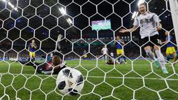 Pemain Jerman Marco Reus berhasil membobol gawang Swedia dalam pertandingan Piala Dunia 2018 di Stadion Fisht, Rusia (23/6). Marco Reus membuat skor sama kuat ketika laga babak kedua berjalan tiga menit. (AP/ Thanassis Stavrakis)