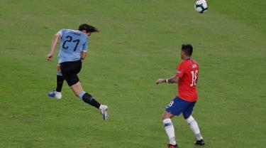 Striker timnas  Uruguay, Edinson Cavani menjebol gawang Chile melalui sundulan pada laga terakhir grup C Copa America 2019 di stadion Maracana, Rio de Janeiro, Senin (24/6/2019). Gol tunggal Edinson Cavani dalam laga tersebut memastikan Uruguay jadi juara Grup C. (AP/Eraldo Peres)
