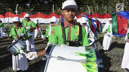 Pelajar yang tergabung dalam kelompok marching band memainkan alat musik saat upacara HUT ke-74 RI di JOB Pertamina-Medco E&P Tomori Sulawesi, Sabtu (17/8/2019). Keberadaan marching band binaan tersebut dalam rangka memeriahkan HUT ke-74 RI. (Liputan6.com/Immanuel Antonius)