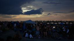 Langit di pantai Isle of Palms, South Carolina berubah menjadi gelap selama fenomena gerhana matahari, Senin (21/8). Gerhana matahari terjadi selama 100 menit dan selama dua menit kondisi langit akan gelap gulita di siang hari. (AP Photo/Mic Smith)