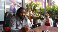 Ketua Lembaga Masyarakat Adat Tanah Papua Lenis Kagoya menggelar konferensi pers terkait kerusuhan di Manokwari, Papua Barat. (Fachrur Rozie/Liputan6.com)
