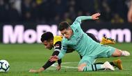 Gelandang Arsenal, Lucas Torreira berebut bola dengan gelandang Watford, Etienne Capoue dalam laga lanjutan Premier League 2018-19 pekan ke-34 di Vicarage Road, Senin (15/4). Arsenal sukses mengalahkan tuan rumah Watford dengan skor tipis 1-0. (Ben STANSALL / AFP)
