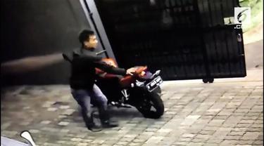 Aksi dua orang pria terekam kamera pengintai saat mencuri sepeda motor di salah satu tempat kos, di Jalan Sawo, Utan Kayu, Jakarta Timur.