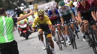 Egan Bernal (kuning) dari tim Ineos, melewati tantangan 21 etape sejauh 3,480 km berkompetisi dengan 176 pebalap dari 22 tim aga rmenjadi yang terbaik di Tour de France 2019 kali ini. (AFP/Jeff Pachoud)