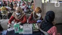 Petugas memeriksa kesehatan warga lanjut usia (lansia) sebelu menjalani vaksinasi COVID-19 di SDN 02 Sukapura, Cilincing, Jakarta Utara, Senin (22/3/2021). Pemkot Jakarta Utara menggelar vaksinasi COVID-19 secara bergilir di tiap kelurahan. (merdeka.com/Iqbal S. Nugroho)