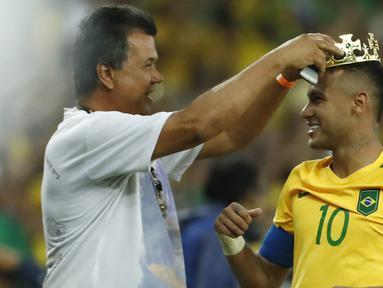 Neymar mendapat hadiah mahkota layaknya seorang raja usai mencetak gol lewat penalty saat final melawan Jerman di Stadion Maracana, Rio de Janeiro, (21/8/2016) dini hari WIB. (AFP/Odd Andersen)