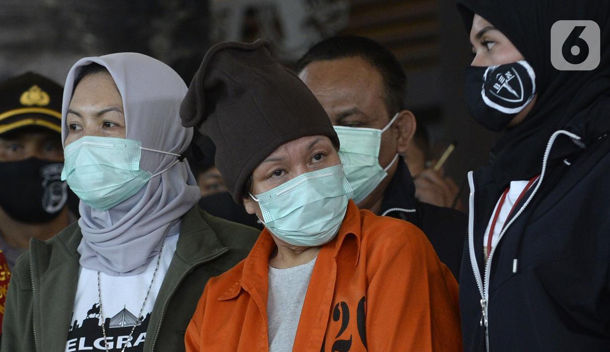 Maria Pauline Lumowa (berbaju tahanan) yang diekstradisi dari Serbia tiba di Bandara Soekarno-Hatta, Tangerang, Banten, Kamis (9/7/2020). Maria Pauline Lumowa merupakan pembobol kas BNI Cabang Kebayoran Baru senilai Rp 1,2 triliun pada Oktober 2002 - Juli 2003. (merdeka.com/Dwi Narwoko)
