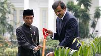 Presiden Joko Widodo (kanan) saat menemani Emir Qatar Syekh Tamim bin Hamad Al Thani menanam pohon eboni di Istana Bogor, Jawa Barat, Rabu (18/10). Pohon eboni merupakan pohon endemik atau kayu hitam Sulawesi. (AFP Photo/Pool/Beawiharta)