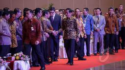 Presiden Jokowi bersalaman dengan Menkumham Yasonna Laoly saat menghadiri pembukaan Asosiasi Pemerintah Kabupaten Seluruh Indonesia (APKASI) International Trade and Investment Summit 2015 di Jakarta, Rabu (13/5). (Liputan6.com/Faizal Fanani)