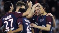 Para pemain PSG merayakan gol yang dicetak Julian Draxler ke gawang AS Monaco pada laga Ligue 1 di Stadion Parc des Princes, Prancis, Minggu (15/4/2018). PSG menang 7-1 atas Monaco. (AFP/Thomas Samson)