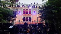 Acara tersebut diadakan di taman Istana Sursock, yang jendela, atap genteng merah, langit-langit dan perabotan rusak akibat ledakan Beirut, Lebanon (AFP)