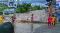 Anak-anak berlarian saat banjir bandang (Liputan6.com/Rino Abonita)