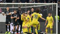 David Luiz melepaskan tendangan bebas pada leg 1, semifinal Liga Europa yang berlangsung di Stadion Commerzbank Arena, Frankfurt, Jumat (3/5). Chelsea imbang 1-1 kontra Eintracht Frankfurt. (AFP/Arne Dedert)