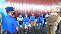 Wali Kota Tarakan saat inspeksi mendadak ke pelabuhan rakyat di pesisir Kota Tarakan untuk memastikan tidak ada warga yang keluar masuk melalui jalur tikus. (foto: Siti Hardiani)