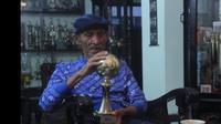 Mantan pelatih Persib Bandung, Indra Thohir, bersama trofi pelatih terbaik Asia di tahun 1995. (Istimewa/YouTube Jurnal Opah)
