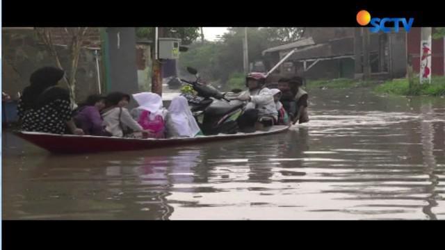 Hujan deras yang terjadi Jumat malam kemarin membuat Sungai Citarum meluap dan masuk ke permukiman warga.