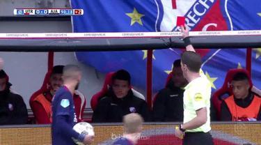 Ajax gagal menempel ketat PSV Eindhoven di puncak klasemen setelah ditahan imbang Utrecht 0-0 dan kini tertinggal tujuh angka. Kip...