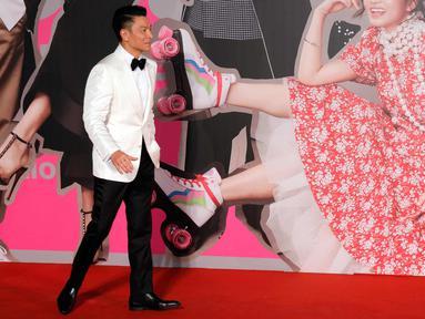 Aktor Hong Kong Andy Lau berjalan di karpet merah Hong Kong Film Awards di Hong Kong, (15/4). Hong Kong Film Awards digelar untuk yang ke 37 kalinya dan diberikan kepada insan perfilman. (AP Photo / Vincent Yu)