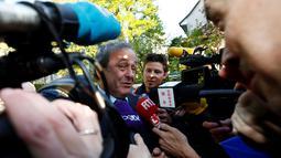 Michel Platini memberikan ketarangan kepada wartawan saat tiba di Pengadilan Arbitrase Olahraga Internasional (CAS) di Lausanne, Swiss (29/4). Platini mengajukan banding atas skorsing enam tahun yang dijatuhkan FIFA kepadanya. (REUTERS/Denis Balibouse)