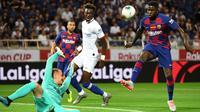 Bek Barcelona, Samuel Umtiti, berusaha mengamankan bola saat melawan Chelsea pada laga pramusim di Stadion Saitama, Jepang, Selasa (23/7). Chelsea menang 2-0 atas Barcelona. (AFP/Toshifumi Kitamura)