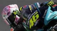 Meski tampil dengan helm unik dan spesial, namun sayang Rossi gagal naik podium dan berada di posisi yang kurang baik. The Doctor tercecer di urutan ke-17 MotoGP San Marino 2021. (AP/Antonio Calanni)